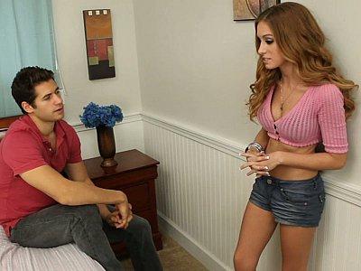 当他展开双腿时,她会得到它