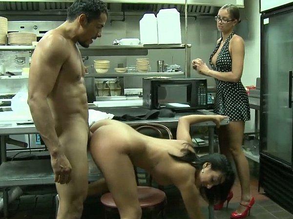 porno-na-kuhne-restorana