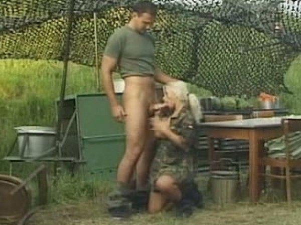 ебля в жопу в армии