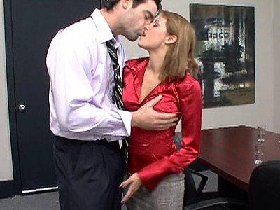 Lydia Lee努力工作,她值得一些性爱!
