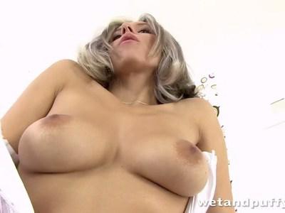 令人惊叹的年轻女士热情地钻她的阴道