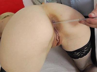 耐莉在老猫的考试中练习她的阴道