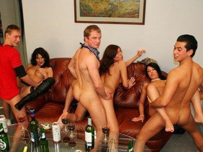 其中一个漂亮的派对女孩拧进浴室