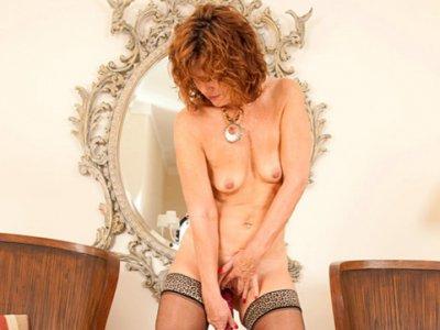 米尔夫摩擦她的阴部达到高潮