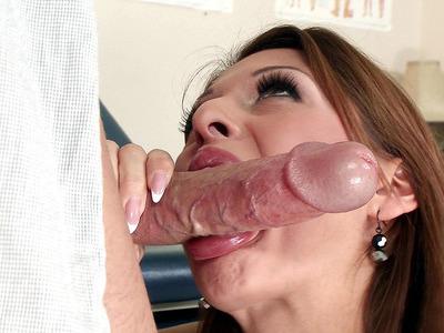 艾莉森之星将她性感的嘴唇包裹起来