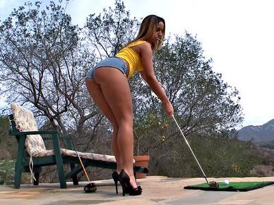 贾达史蒂文斯打着高尔夫,她的胸罩挂在她的胸罩上