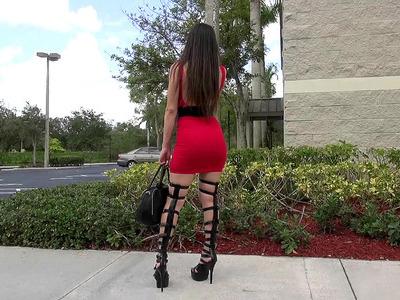 Alexis Rodriguez被性感的高跟鞋和大腿注意到了