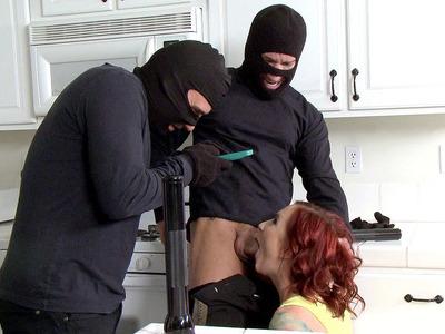 索菲亚洛克抓到两个窃贼,并给他们深喉口交
