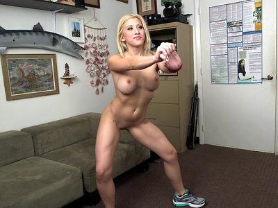 运动小鸡Cristi Ann展示了她的灵活性