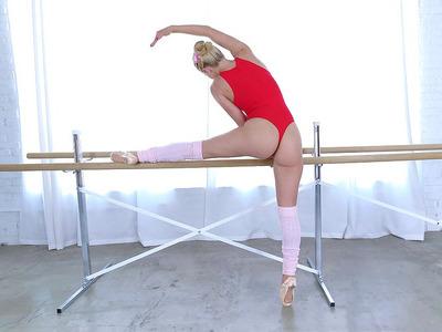 他妈的热芭蕾舞女演员Staci Carr炫耀她的灵活性
