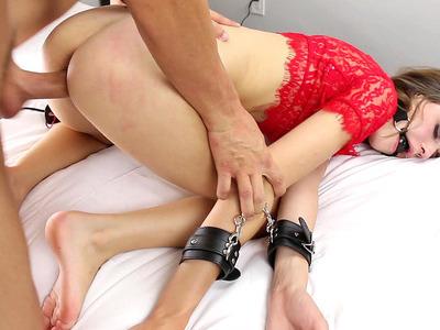 殴打妓女的亚历克斯·梅(Alex Mae)戴着球塞住了它,让它变得深沉而粗糙