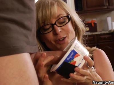 哈特利夫人抓住了她儿子的朋友丹恩