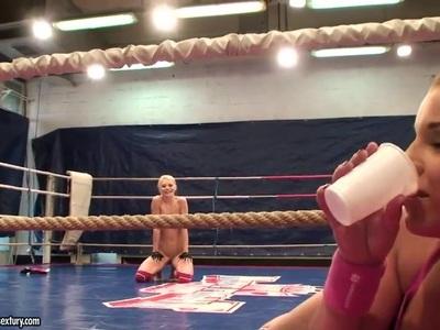 天使里瓦斯和Niky Gold在后台战斗片段中主宰战斗