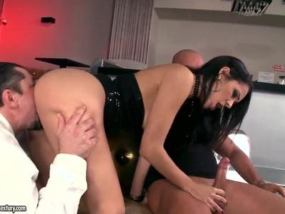 Samia Duarte和两个淫家伙玩得很开心