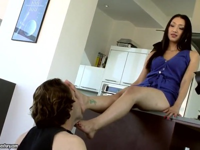 Vicki Chase展现热辣的身体,并与她的嘴一起工作