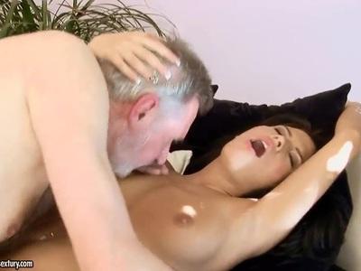 热辣的宝贝阿马贝拉享受肮脏的爷爷
