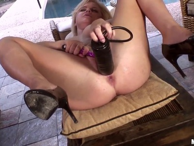 Real sex toy addict Kelly Surfer in solo fuck!