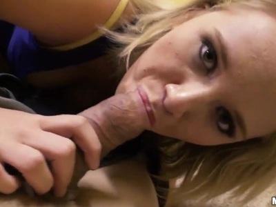 年轻的女孩特蕾西喜欢吸吮和他妈的一个大硬鸡巴!