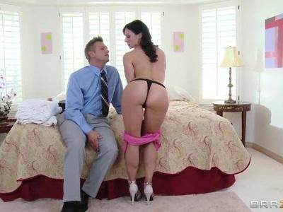 漂亮的年轻夫妇试图解决他们的性问题