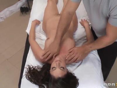萨曼莎主要需要英俊拉蒙的色情按摩