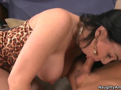 Sexy cougar RayVeness seducing a hot fat cock!