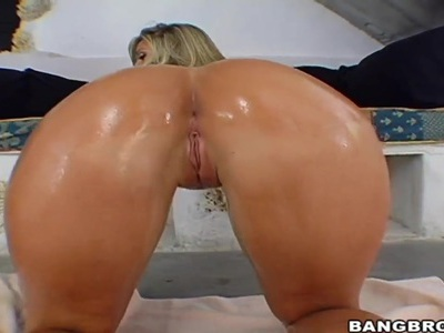 Carmen Kinsley fingers her ass while she waits for Devon Lee