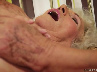 一个非常毛茸茸的奶奶刺激了她的旧阴蒂