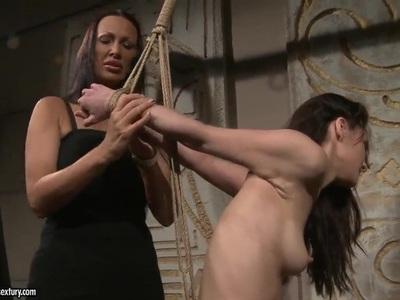 Mandy Bright向Aleksandra Black展示了如何完全满足