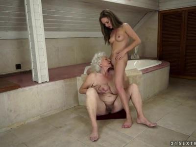 Vicky Braun和Norma在洗澡时一起玩得很开心