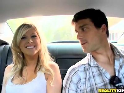 可爱的金发女郎开始在车里给头