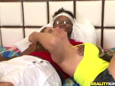 戴眼镜的年轻黑人哥斯大黎加Cris Moura与她漂亮的白色小妞Jbrown在她的卧室里有很棒的操。