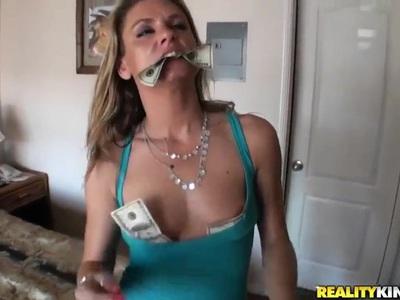 Amanda Blow和Voodoo拥有激情的性爱