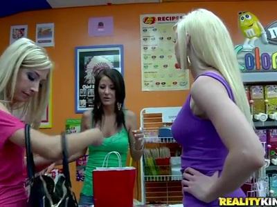 女同性恋三人组与绝对惊人的母狗,看看