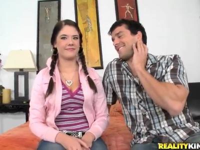 一个可爱的青少年暴露了她熟透的阴部