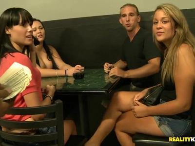 女孩展示他们美丽的金钱山雀
