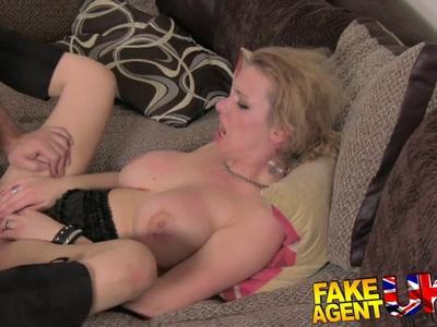 FakeAgentUK在肛门铸造的肮脏的热的欧洲女孩