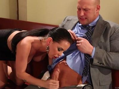 性感的白兰地安妮斯顿得到她潮湿的蛾锤