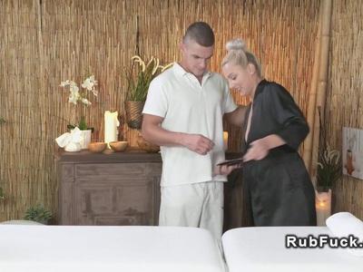 有经验的按摩师获得口交和他妈的