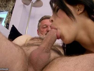 Amabella将她的小嘴巴包裹在一个更老的男人的硬鸡巴周围