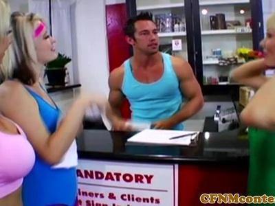 CFNM在健身房锻炼阴茎