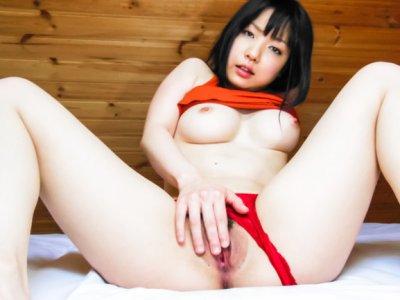 Airi Minami以她弯曲的形式和顽皮的风格令人惊叹