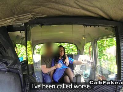 丰满的护士在出租车里吮吸大家伙