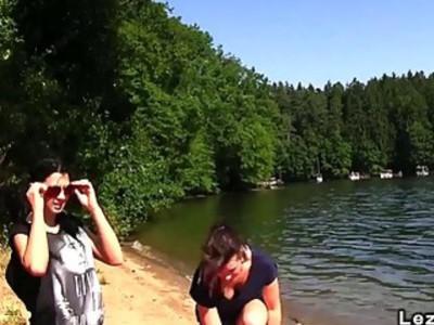 欧洲业余女同性恋舔在树林里