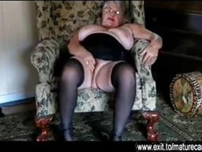 57岁的伊娃在客厅里自慰
