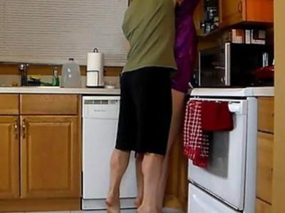 妈妈让儿子举起她,碾磨她的热屁股,直到他在他的短裤中合拢