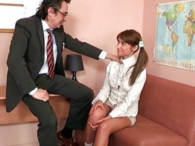 猥亵的老师正在诱惑宝贝娇美的海狸