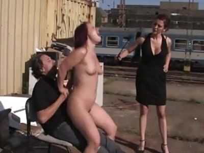 令人叹为观止的荡妇在公共场合受到性虐待