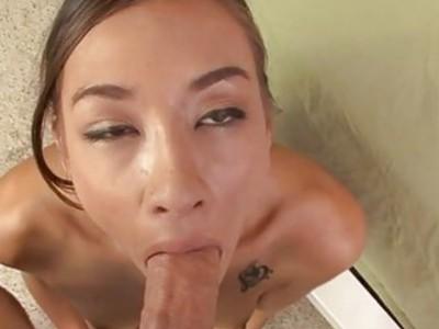 女孩正在吞食花花公子阴茎