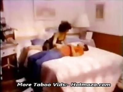 经典的妈妈和儿子在卧室做爱更多 -  Hotmoza.com