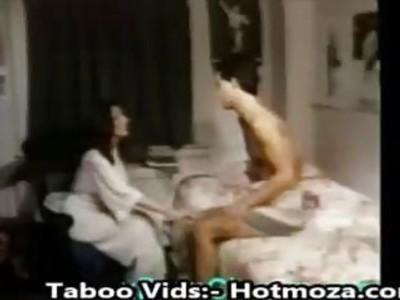 步妈妈引诱儿子进入他妈的更多的vids  -  Hotmoza.com
